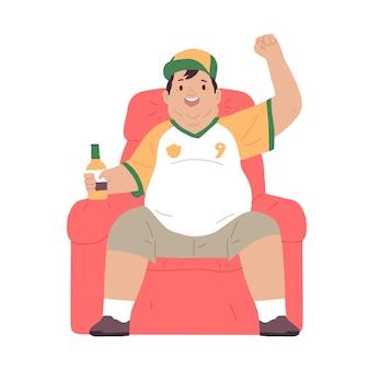Otyły mężczyzna siedzi na kanapie, pijąc piwo i oglądając telewizję