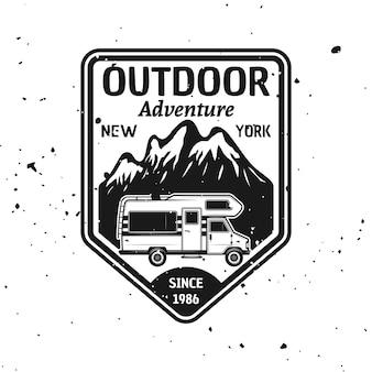 Outdoor camping wektor monochromatyczne godło, etykieta, odznaka, naklejka lub logo z kamperem i górami na białym tle na teksturowanym tle