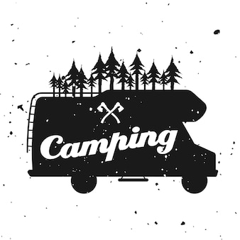 Outdoor camping wektor monochromatyczne godło, etykieta, odznaka, naklejka lub logo z sylwetką samochodu kempingowego i lasu na białym tle na teksturowanym tle