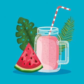Owoc arbuza z napojem smoothie i liśćmi roślin