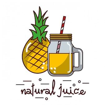 Owoce ananasa i naturalne szkło sokowe i słoma