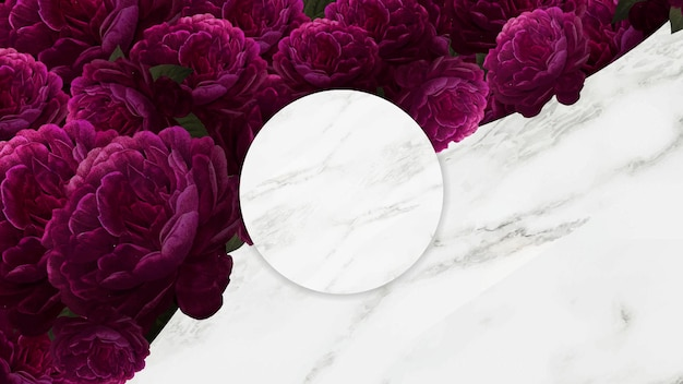 Ozdobiona kwiatami kamienna rama powierzchni