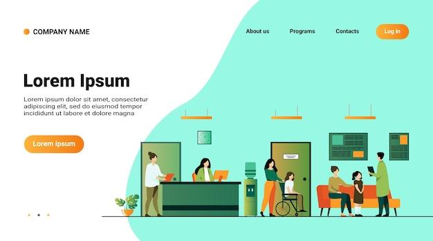 Pacjenci i lekarze spotykają się i czekają w hali przychodni. szpital ilustracja wnętrza z recepcją, osoba na wózku inwalidzkim