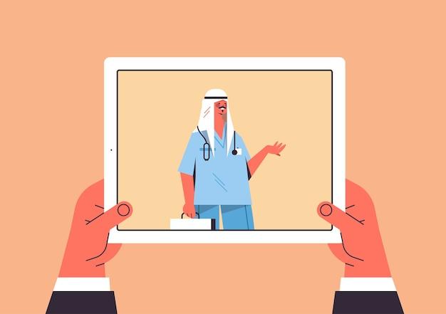 Pacjent omawia z arabskim lekarzem mężczyzną w tablecie ekran czat bańka komunikacja konsultacja online opieka zdrowotna medycyna porady medyczne