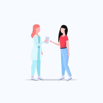 Pacjent otrzymujący receptę od kobiety terapeuty po konsultacji z lekarzem kobietą medycyny i koncepcji opieki zdrowotnej pełnej długości