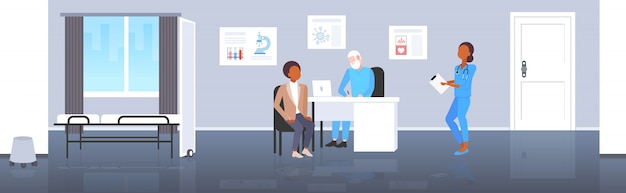 Pacjent otrzymujący recepty mężczyzna po konsultacji z starszy lekarz siedzi w miejscu pracy medycyna pojęcie opieki zdrowotnej nowoczesny szpital medyczny biuro wnętrze pełnej długości poziomej