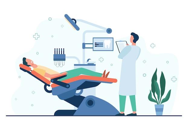 Pacjent siedzi na fotelu lekarskim podczas wizyty lub leczenia na białym tle ilustracji wektorowych płaski. kreskówka dentysta pracujący w gabinecie diagnostycznym. koncepcja stomatologii i kliniki stomatologicznej