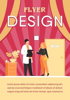 Pacjentka w biurze lekarza płaski szablon ulotki. kreskówka lekarz pomagający w diagnozie i terapii medycznej. koncepcja opieki zdrowotnej i leczenia szpitalnego