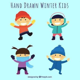 Paczka dzieci noszących ubrania zimowe