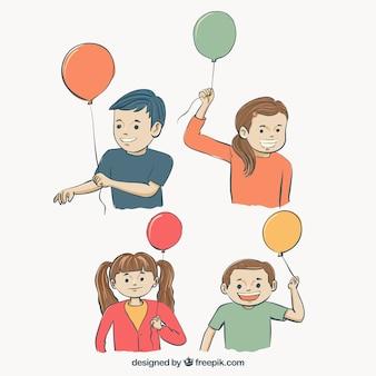 Paczka uśmiechnięte dzieci z balonami