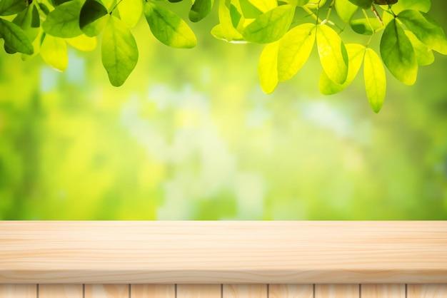 Painted illustration vector podłoga stołu z drewna i piękny naturalny zielony liść streszczenie niewyraźne jasne tło bokeh.
