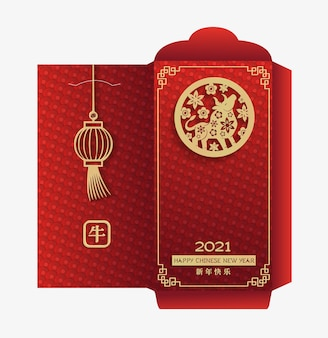 Pakiet czerwonych kopert pieniędzy na chiński nowy rok 2021. byk zodiaku w znak koła ze złotym papierem wycinanym na czerwonym tle z latarniami. chińskie tłumaczenia szczęśliwego nowego roku i wołu.