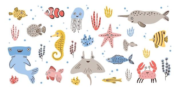 Pakiet szczęśliwych uroczych zwierząt morskich - narwala, młota, łyżwy lub płaszczki, kraba, ryby, rozgwiazdy i meduzy na białym tle. fauna mórz i oceanów. ilustracja wektorowa kreskówka płaski.