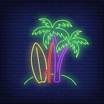 Palmy i deski surfingowe na plaży neon znak. surfing, sport ekstremalny, turystyka.