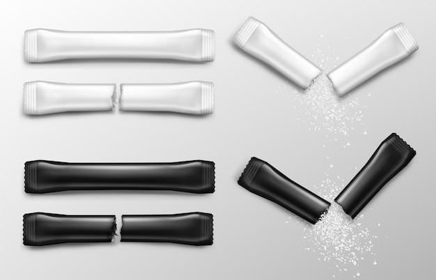 Paluszki cukrowe do kawy w białych i czarnych opakowaniach. wektor realistyczna makieta pustej papierowej saszetki z widokiem z przodu cukru lub soli