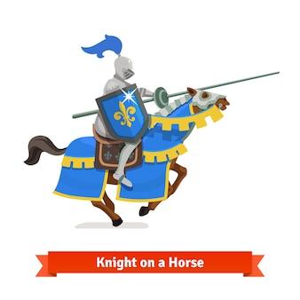 Pancerny średniowieczny rycerz jeżdżący na koniu