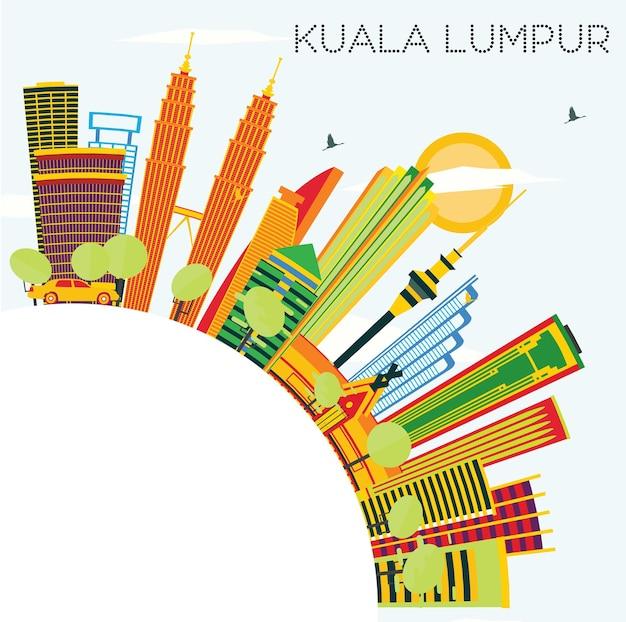 Panoramę kuala lumpur z kolorowymi budynkami, błękitnym niebem i przestrzenią kopiowania. ilustracja wektorowa. podróże służbowe i koncepcja turystyki z nowoczesną architekturą.