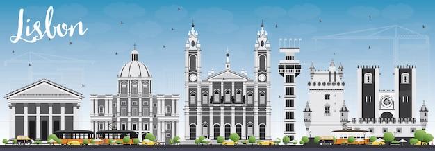 Panoramę lizbony z szarymi budynkami i błękitne niebo.