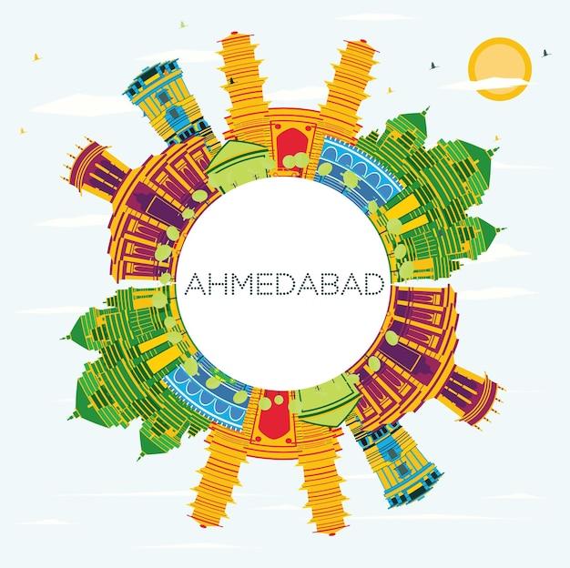 Panoramę miasta ahmedabad w indiach z kolorowymi budynkami, błękitnym niebem i przestrzenią do kopiowania. ilustracja wektorowa. podróże służbowe i koncepcja turystyki z zabytkową architekturą. ahmedabad gród z zabytkami.