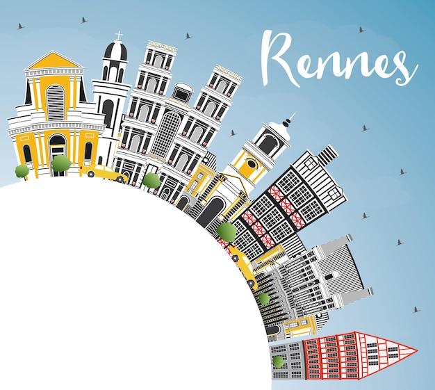 Panoramę miasta rennes france z kolorowymi budynkami, błękitnym niebem i przestrzenią do kopiowania. ilustracja wektorowa. podróże służbowe i koncepcja turystyki z zabytkową architekturą. rennes gród z zabytkami.