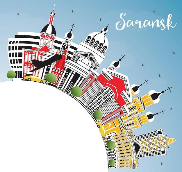 Panoramę miasta rosji sarańsk z kolorowych budynków, błękitne niebo i miejsca kopiowania. ilustracja wektorowa. podróże służbowe i koncepcja turystyki z nowoczesną architekturą. sarańsk gród z zabytkami.