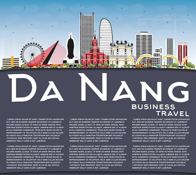 Panoramę miasta wietnamu da nang z kolorowymi budynkami, błękitnym niebem i przestrzenią kopiowania. ilustracja wektorowa. podróże służbowe i koncepcja turystyki z nowoczesną architekturą. gród da nang z zabytkami.