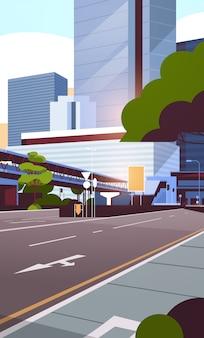 Panoramę ulicy drogi miasta z nowoczesnymi drapaczami chmur i metrem