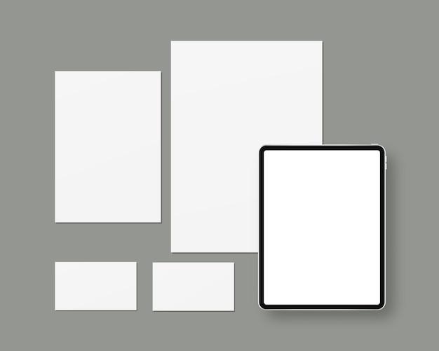 Papeteria z czystym papierem, tabletem, wizytówkami. brandingowa scena papiernicza.