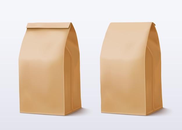 Papierowa torba na białym tle. brązowa torba na zakupy. dwa pakiety craft.