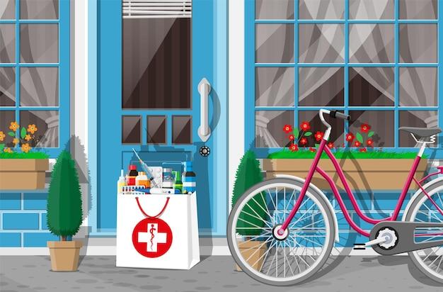 Papierowa torba z narkotykami pozostawiona w drzwiach domu. dostawa leków z apteki lub szpitala. butelki, tabletki, pigułki, kapsułki i spraye na choroby ekspresowa dostawa. płaska ilustracja wektorowa