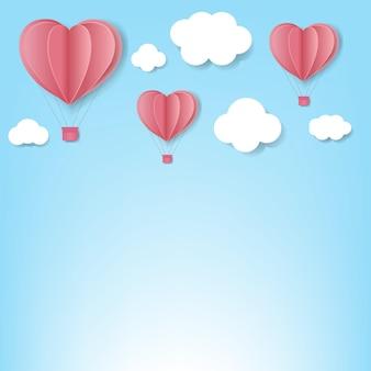 Papierowe serca z chmury niebieskim tle.