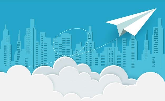 Papierowy samolot biały latający na niebie między chmurą do celu. kreatywny pomysł.