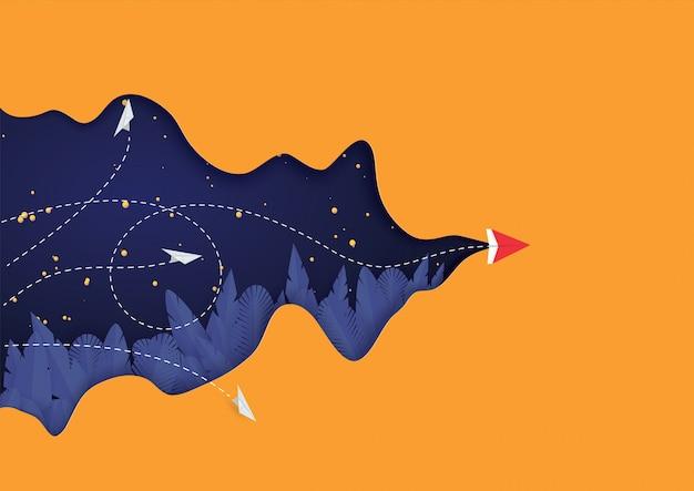 Papierowy samolot latający na pomarańczowym tle. styl cięcia papieru.