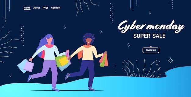 Para biegająca z torby na zakupy cyber poniedziałek duża koncepcja sprzedaży święta bożego narodzenia rabat mix rasa mężczyzna kobieta kupujący z zakupami pełnej długości