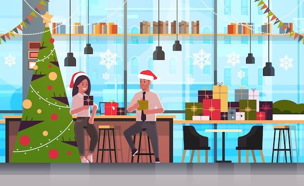 Para biznesmenów, dając sobie nawzajem pudełka na prezenty wesołych świąt szczęśliwego nowego roku wakacje koncepcja uroczystości nowoczesne wnętrza biurowe płaskie ilustracja
