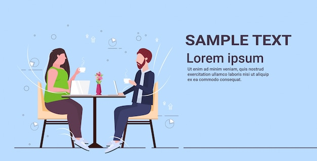 Para biznesmenów dyskusji podczas spotkania ludzie biznesu mężczyzna kobieta siedzi przy stoliku kawiarnianym picia kawy pojęcie relacji związek pełnej długości kopii przestrzeni