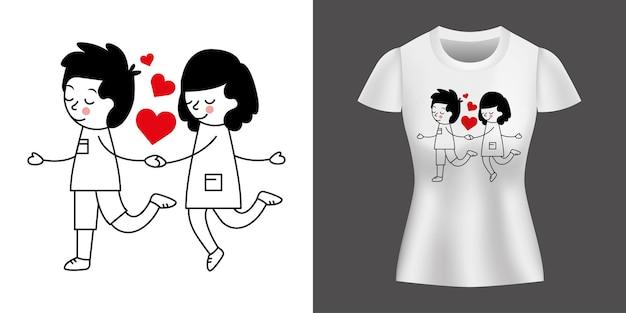Para kochająca spacery między sercami wydrukowanymi na koszulce.