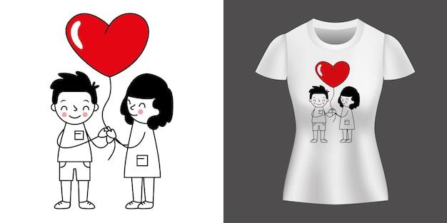 Para kochająca trzymając balon nadrukowany na koszulce.