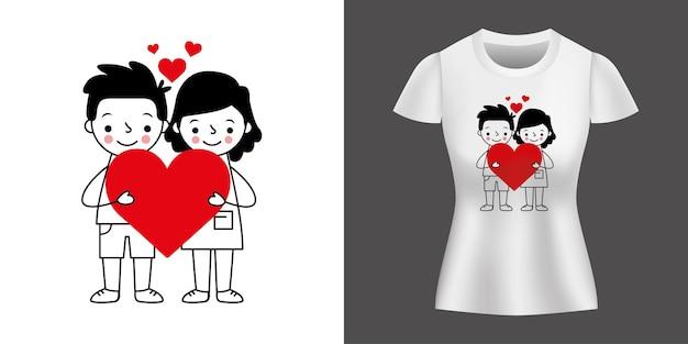 Para kochający trzymając serce między sercami wydrukowanymi na koszulce.