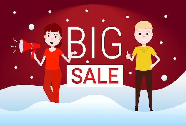 Para mężczyzna kobieta trzymać megafon duża sprzedaż oferta specjalna promocja mieszkanie