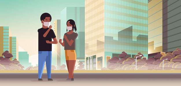 Para nosi maski na twarz