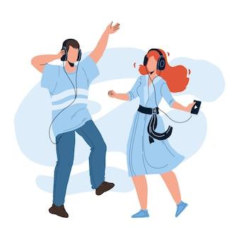 Para osób słuchania muzyki i tańca wektor. młody mężczyzna i kobieta słuchać muzyki w słuchawkach. postacie chłopiec i dziewczynka z cyfrowym gadżetem czas wolny razem płaskie ilustracja kreskówka