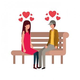 Para siedzi na krześle parku z charakterem serca