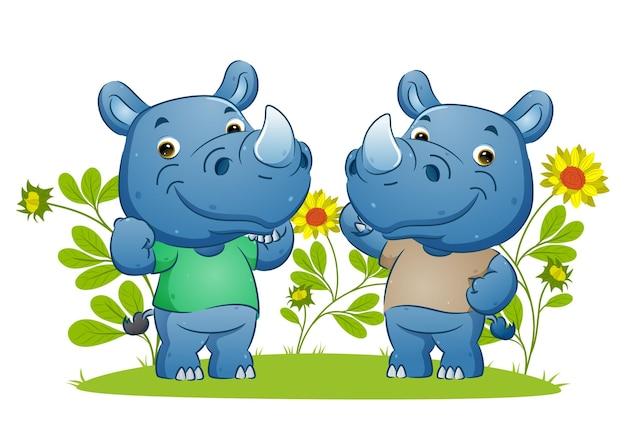 Para silnego nosorożca pokazującego mięsień i wykonującego sportową ilustrację