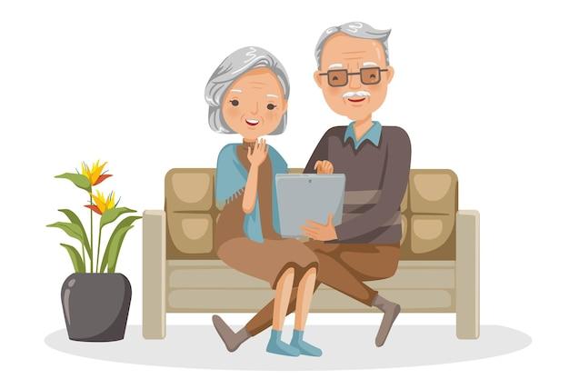Para starszych osób siedzi na sofie razem w społecznościach internetowych