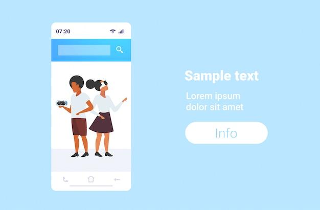 Para testowanie 3d okulary afroamerykanów kobieta kobieta noszenie wirtualnej rzeczywistości okulary cyfrowe zestaw słuchawkowy wizja vr technologia koncepcja smartfon ekran aplikacja mobilna pozioma