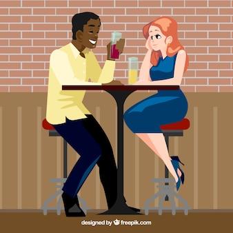 Para uśmiecha się przy drinku