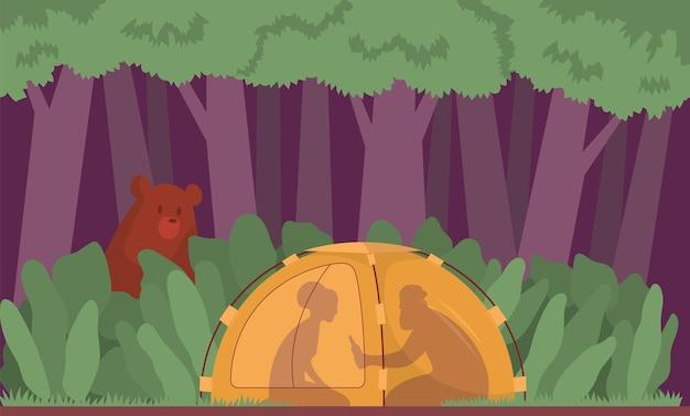 Para w lesie piknikowym nocą niedźwiedź wczołguje się do namiotukoncepcja stylu życiaaktywność na świeżym powietrzu