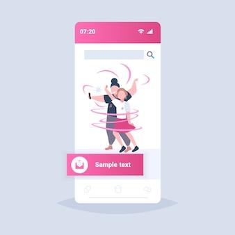 Para z różowymi wstążkami mężczyzna kobieta robi zdjęcie selfie światowy dzień raka piersi zapobieganie świadomości chorób piersi