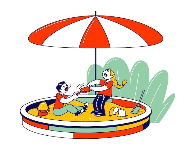 Para zabawnych małych dzieci bawiących się na podwórku siedzi w piaskownicy, walcząc o plastikową łopatę, płaska ilustracja kreskówka